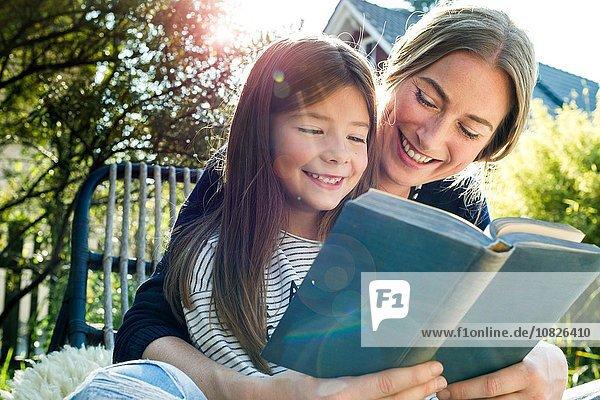 Mutter und Tochter lesen Buch