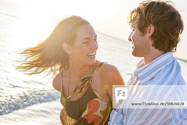 Glückliches junges Paar lacht am sonnigen Strand  Mallorca  Spanien