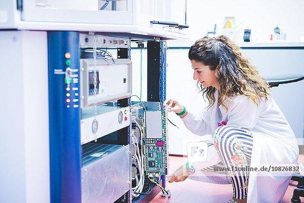 Wissenschaftlerin bereitet Röntgendiffraktometergerät vor