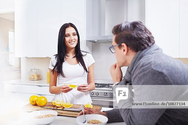 Junges Paar beim Frühstück an der Küchenzeile