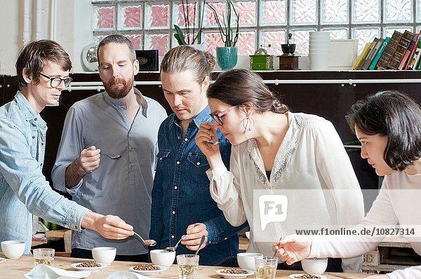 Kaffeeverkoster beim Kaffeetrinken mit Löffel