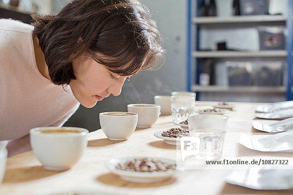 Kaffeeverkoster duftende Tasse Kaffee