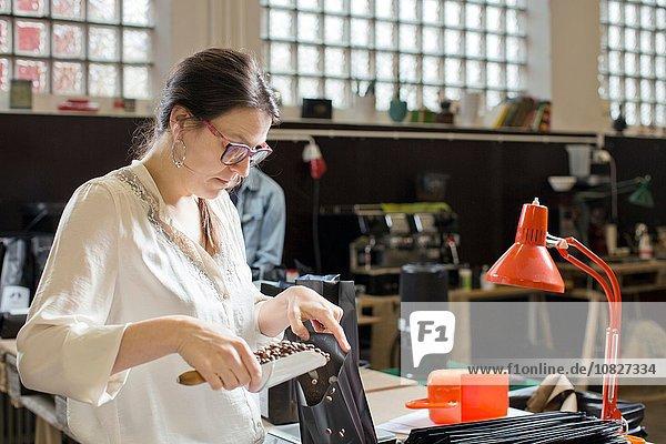 Kaffeeverkäufer-Füllbeutel mit Kaffeebohnen