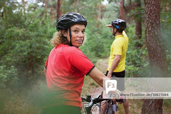 Mountainbike-Paar Radfahren auf Waldweg