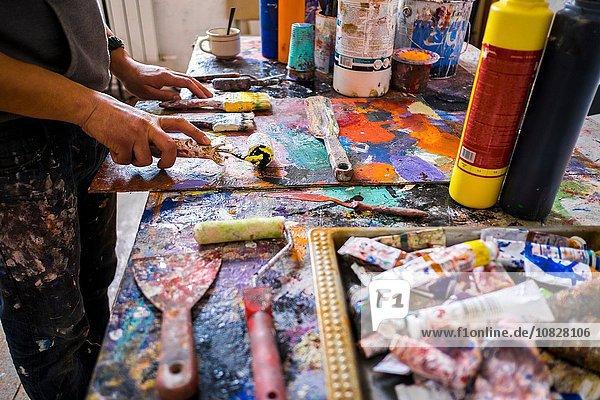Künstler in seinem Atelier