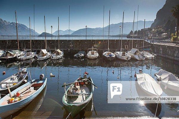 Erhöhter Blick auf Hafen und festgemachte Boote  Comer See  Italien