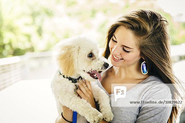 Außenaufnahme Europäer Frau tragen Hund freie Natur