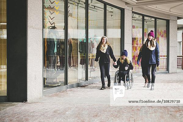 nahe benutzen gehen Handel Laden Mädchen Rollstuhl