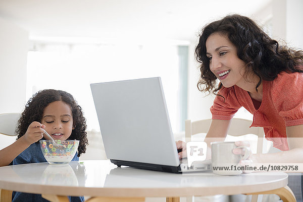 benutzen Notebook Tochter Mutter - Mensch Frühstück