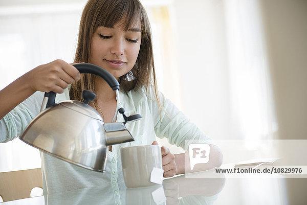 Frau Tasse eingießen einschenken mischen Mixed Tee