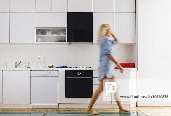 Frau gehen Küche modern