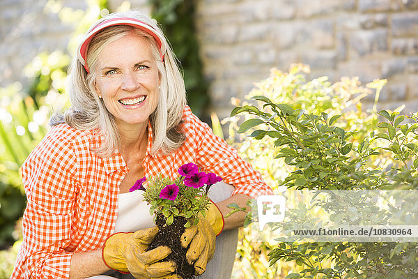 Europäer Frau Blume Garten anpflanzen