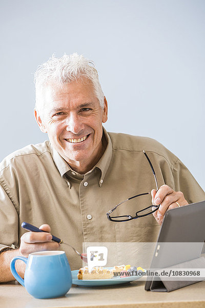 benutzen Europäer Mann Tablet PC Tisch