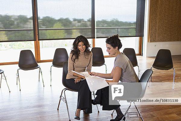 Geschäftsfrau sprechen Zimmer Besuch Treffen trifft