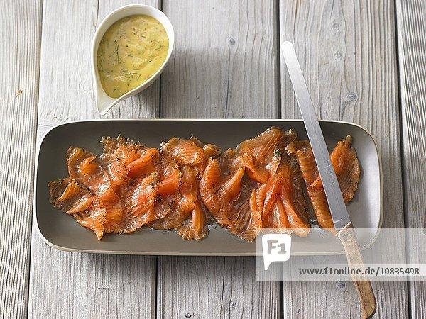 Gebeizter Lachs mit Senf-Dill-Sauce