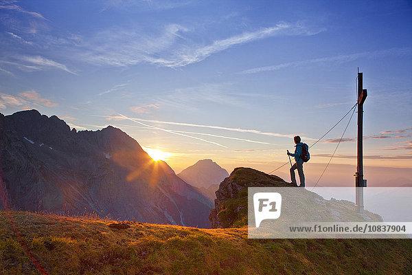 Sonnenaufgang über der Wankspitze  Mieminger Gebirge  Tirol  Österreich  Europa