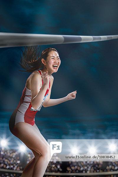 hoch oben Athlet springen japanisch Hindernis