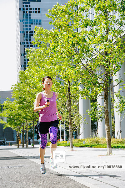 Frau rennen jung Innenstadt japanisch