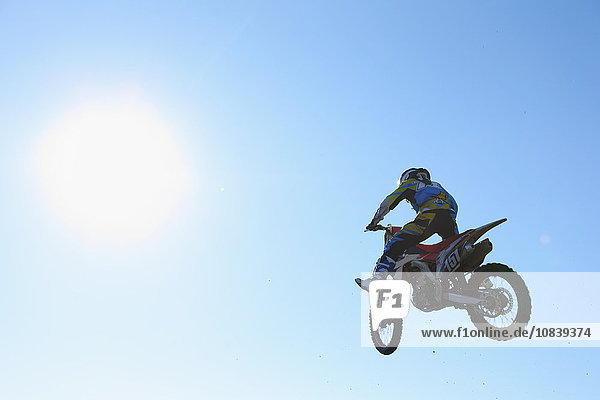 Spur über springen schmutzig Motocross
