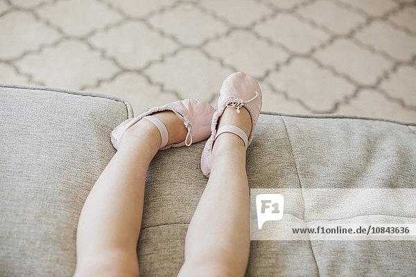 Beine eines Kleinkindes mit Ballettschuhen Beine eines Kleinkindes mit Ballettschuhen