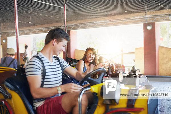 Junges Paar auf Autoscooter im Vergnügungspark