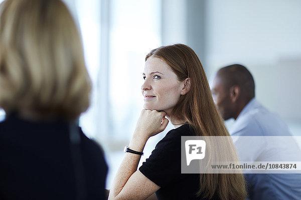 Zuverlässige Geschäftsfrau beim Zuhören im Meeting