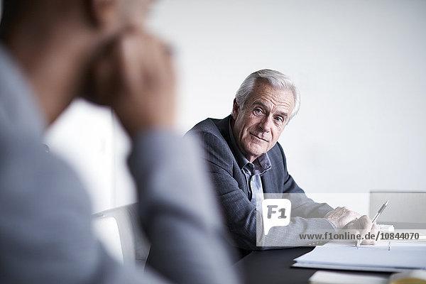 Senior Geschäftsmann beim Zuhören im Meeting