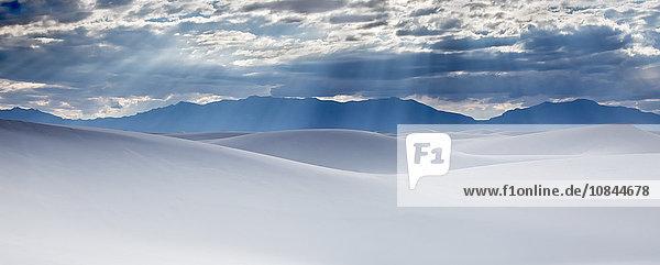 Sonnenstrahlen über ruhigen weißen Sanddünen  White Sands  New Mexico  USA