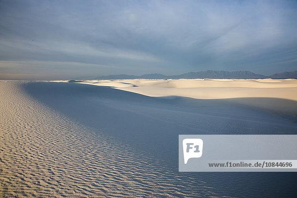Schatten über der ruhigen weißen Sanddüne  White Sands  New Mexico  USA