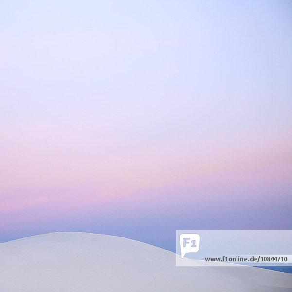 Rosa Sonnenuntergangshimmel über weißer Sanddüne  White Sands  New Mexico  USA
