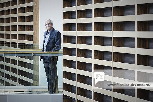 stehend Portrait Geschäftsmann ernst Weg Büro modern