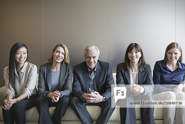 Portrait Mensch Couch Menschen lächeln Business