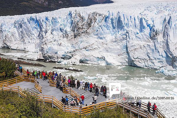 People on walkway at Perito Moreno Glaciar  Los Glaciares National Park  UNESCO World Heritage Site  near El Calafate  Patagonia  Argentina  South America