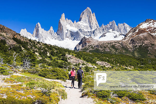 El Chalten  couple hiking to Laguna de los Tres in Los Glaciares National Park  UNESCO World Heritage Site  Patagonia  Argentina  South America