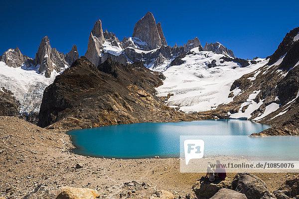 Hikers at Lago de los Tres (Laguna de los Tres) with Mount Fitz Roy (Cerro Chalten) behind  UNESCO World Heritage Site  El Chalten  Patagonia  Argentina  South America