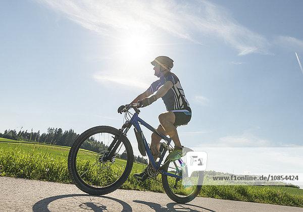 Mann fährt auf einem Mountainbike