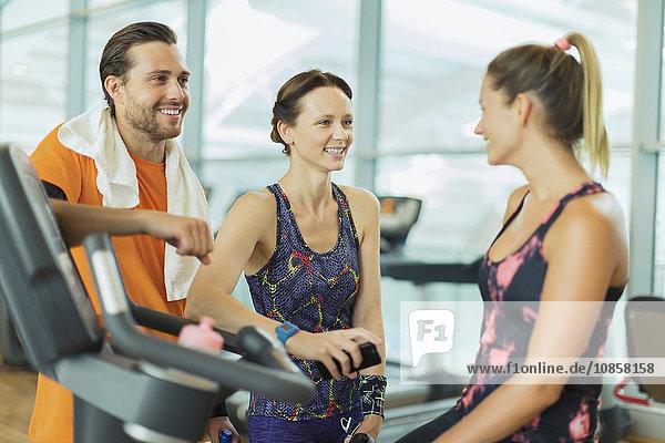 Lächelnde Freunde im Fitnessstudio