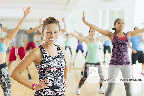 Portrait lächelnde Frau in der Übungsklasse