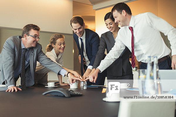 Geschäftsleute beim Teambuilding mit Glas im Konferenzraum