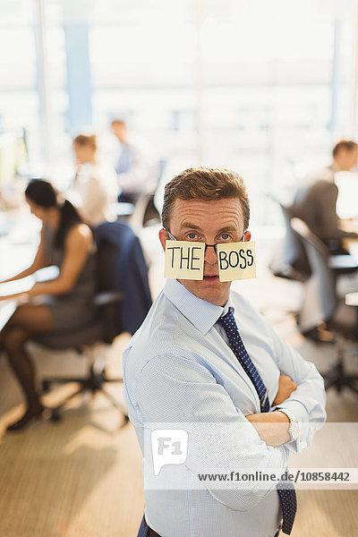Porträt eines selbstbewussten Geschäftsmannes mit The Boss -Brille im Büro