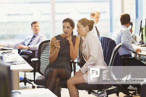 Geschäftsfrauen klatschen im Amt