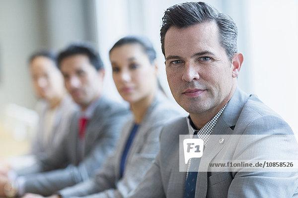 Porträt eines selbstbewussten Geschäftsmannes und Kollegen in Folge