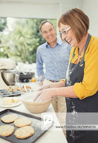 Reife Paare backen Kekse in der Küche