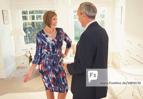 Gut gekleidete reife Frau  die für ihren Mann posiert.