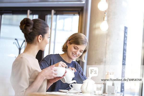 Frauen trinken Tee im Café