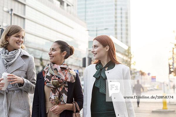 Geschäftsfrauen beim Kaffeetrinken in der Stadt