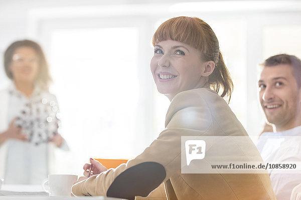 Lächelnde Geschäftsfrau im Meeting