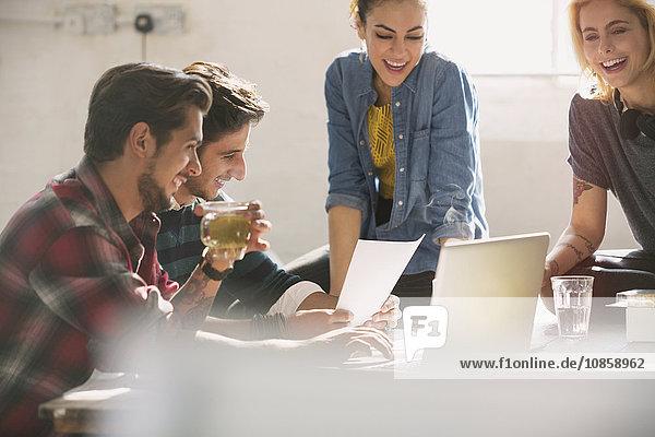 Junge kreative Geschäftsleute  die am Laptop arbeiten