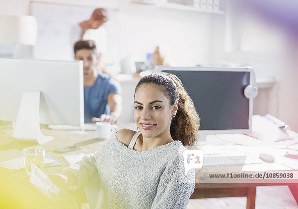 Porträt einer selbstbewussten  kreativen jungen Geschäftsfrau im Büro