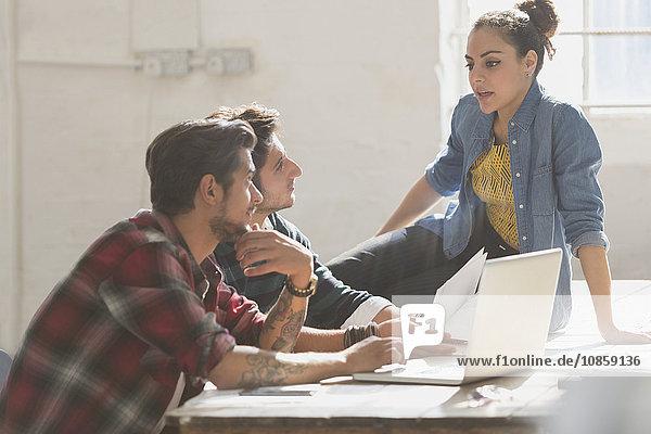 Kreative junge Geschäftsleute  die im Büro arbeiten